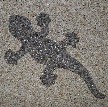 Gecko aus Marmorkiesel Naturgrau 40 cm lang (Kopf rechts)